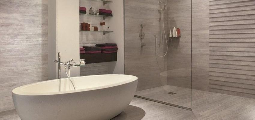 Baño Estilo mediterraneo Color blanco, gris, gris  diseñado por HERMES HOUSES | Arquitecto Técnico
