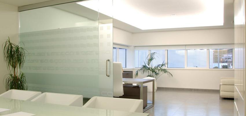 Oficina Estilo moderno Color marron, blanco, gris  diseñado por HERMES HOUSES   Arquitecto Técnico
