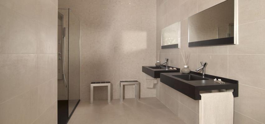 Baño style contemporaneo color beige, negro, plateado  diseñado por keraben | Marca colaboradora | Copyright Keraben