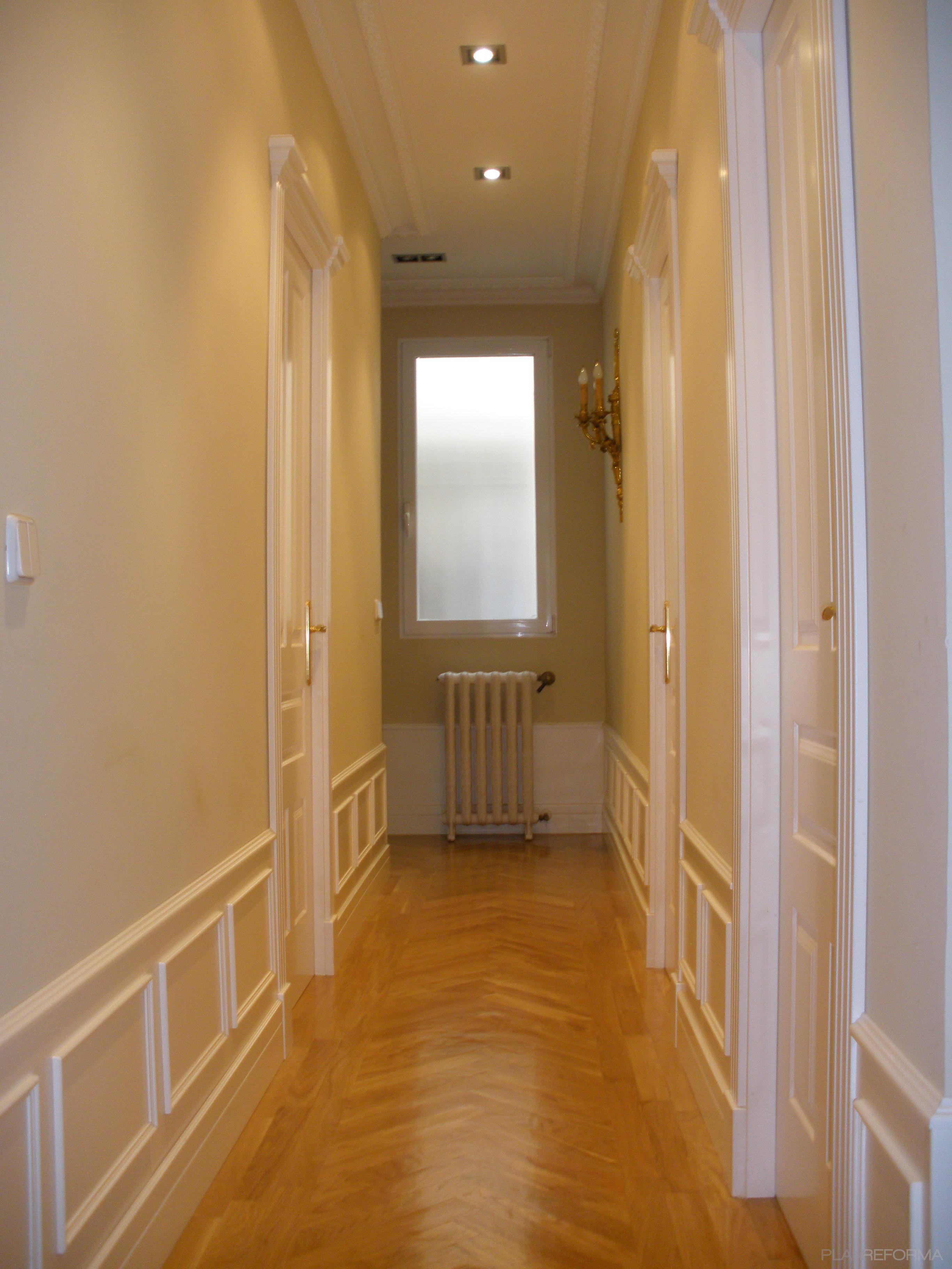 Pasillo style clasico color beige marron blanco for Colores pasillos interiores