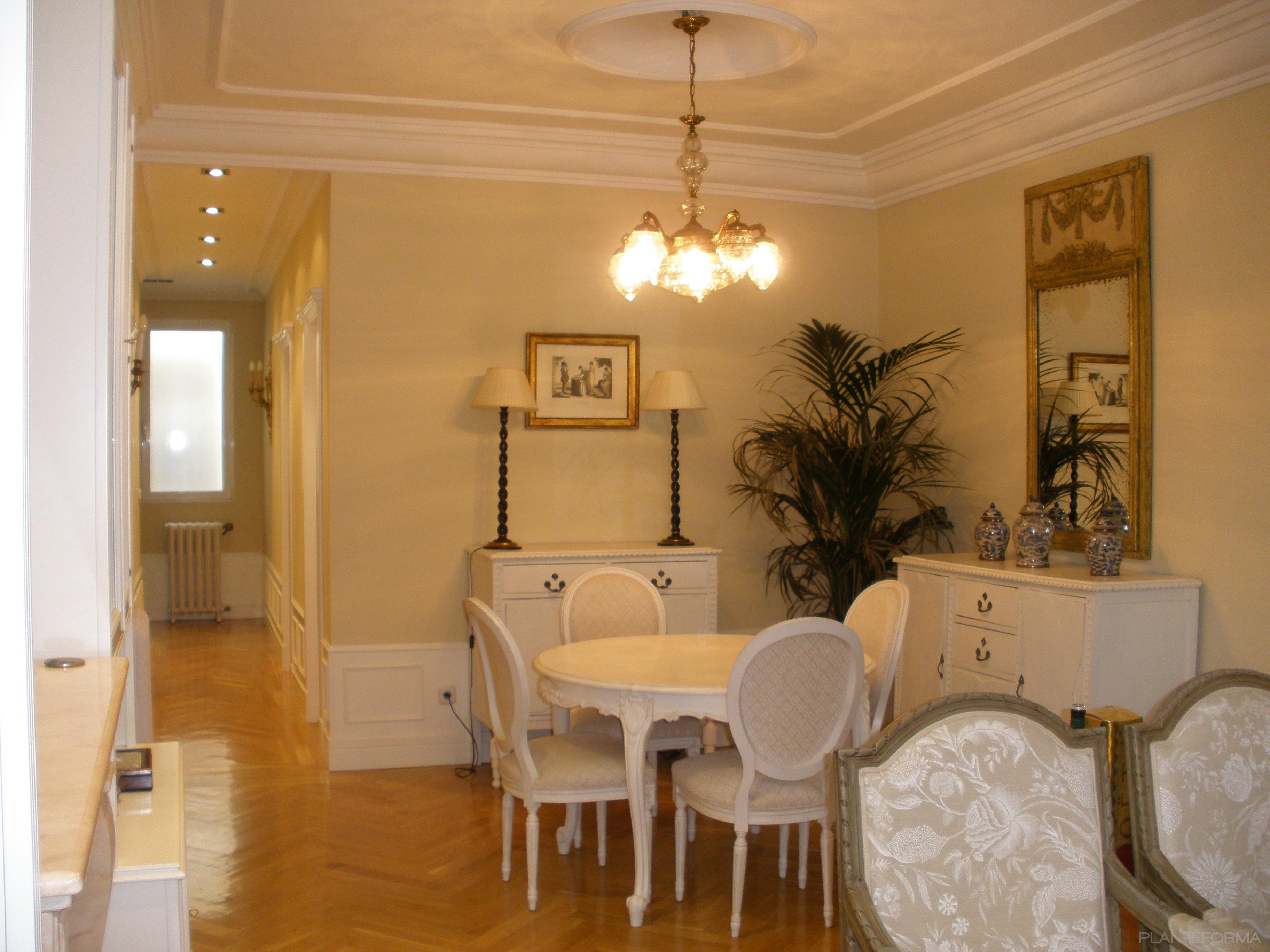 Comedor salon style clasico color beige beige blanco for Decoracion comedor clasico
