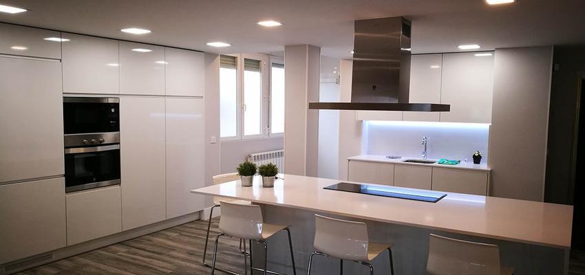 Cocina Estilo contemporaneo Color plateado  diseñado por INIZIO Construcción e Interiorismo | Gremio | Copyright RAMIRO BENITO ROMO