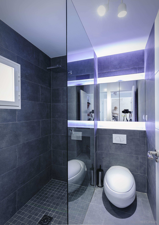Ba o estilo contemporaneo color azul oscuro blanco gris for Banos azules y grises