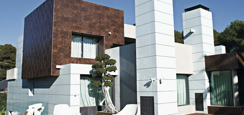 Exterior style moderno color azul, marron, blanco, gris, negro  diseñado por PORCELANOSA | Marca colaboradora | Copyright porcelanosa