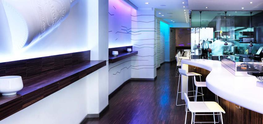 Restaurante, Cafeteria, Bar style moderno color rosa, azul, marron, blanco  diseñado por PORCELANOSA | Marca colaboradora | Copyright porcelanosa