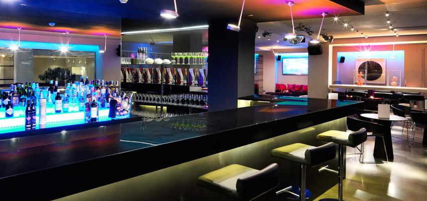 Restaurante, Bar style moderno color ocre, amarillo, azul, rosa, negro  diseñado por PORCELANOSA | Marca colaboradora | Copyright porcelanosa
