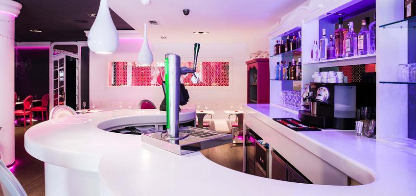 Restaurante, Bar style vanguardista color rosa, violeta, rosa, blanco, plateado  diseñado por PORCELANOSA | Marca colaboradora | Copyright porcelanosa
