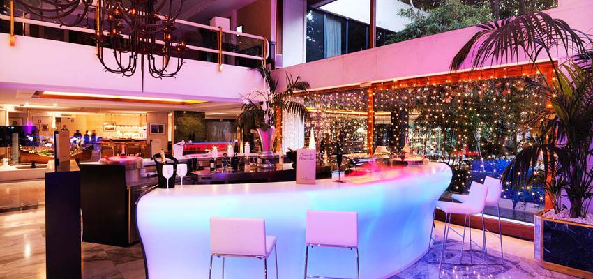 Restaurante, Bar style moderno color rojo, rosa, marron, azul cielo, negro  diseñado por PORCELANOSA | Marca colaboradora | Copyright porcelanosa