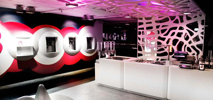 Restaurante, Bar style vanguardista color rojo, rosa, violeta, rosa, blanco, negro, plateado  diseñado por PORCELANOSA | Marca colaboradora | Copyright porcelanosa