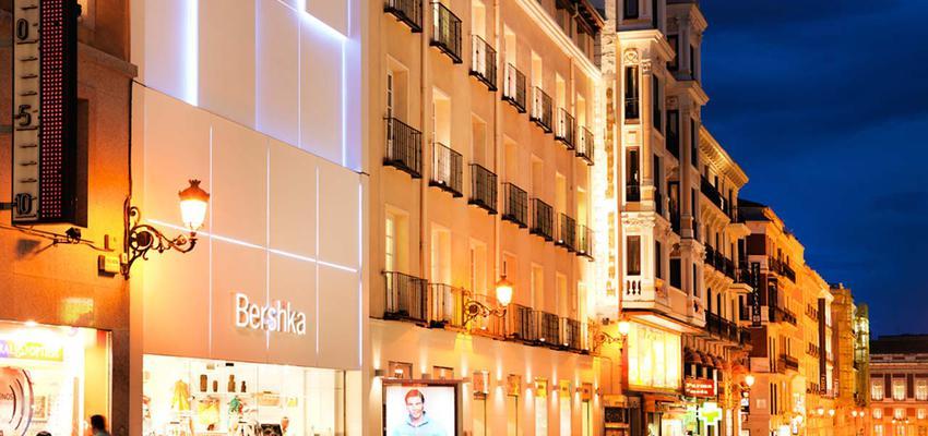 Exterior, Tienda style moderno color ocre, azul oscuro, blanco, negro, bronce  diseñado por PORCELANOSA | Marca colaboradora | Copyright porcelanosa