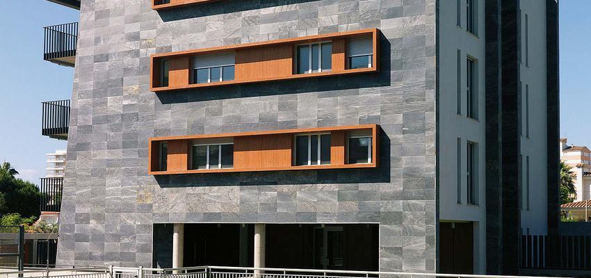 Exterior style contemporaneo color marron, verde, azul, beige, gris, gris  diseñado por PORCELANOSA | Marca colaboradora | Copyright porcelanosa