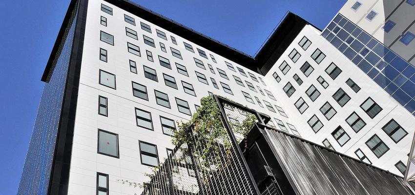Exterior style moderno color verde, azul, blanco, gris, negro  diseñado por PORCELANOSA | Marca colaboradora | Copyright porcelanosa