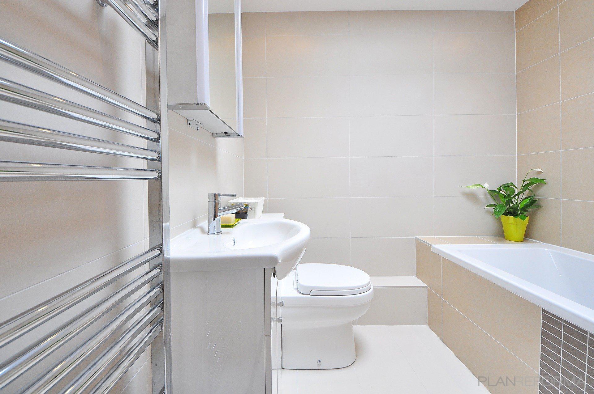 Baño Estilo moderno Color beige, blanco  diseñado por JOTPRO S.L. | Gremio | Copyright Jot Pro