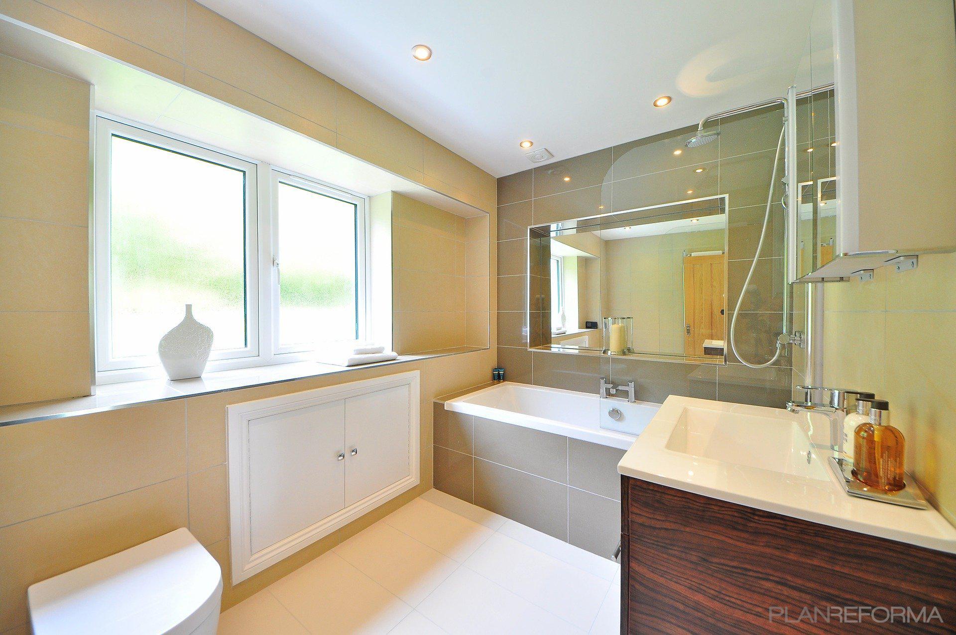 Baño Estilo moderno Color beige, beige, blanco  diseñado por JOTPRO S.L. | Gremio | Copyright Jot Pro