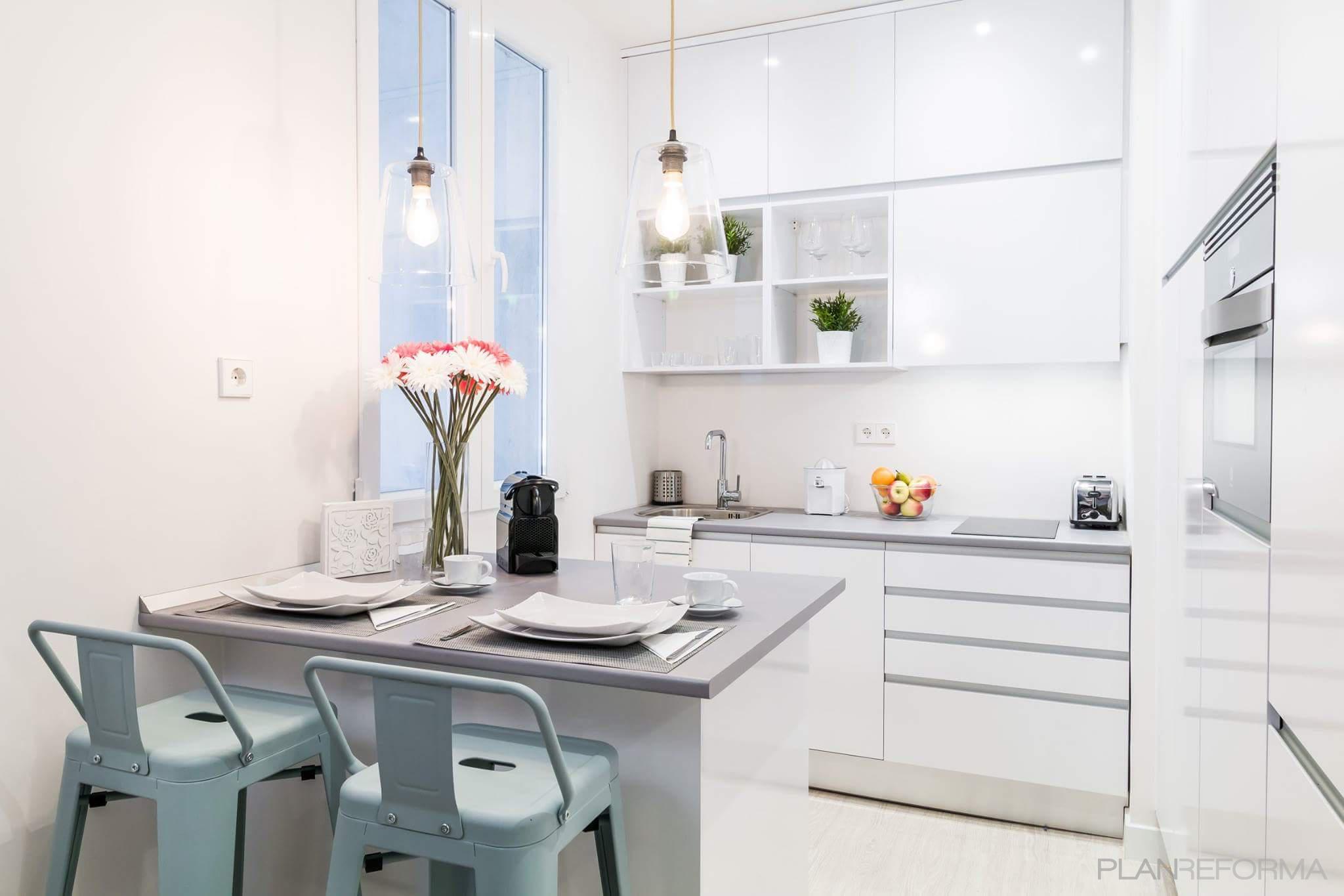 Cocina Estilo moderno Color azul cielo, blanco, gris  diseñado por MASTER PLANNER REFORMAS | Gremio | Copyright MASTER PLANNER REFORMAS