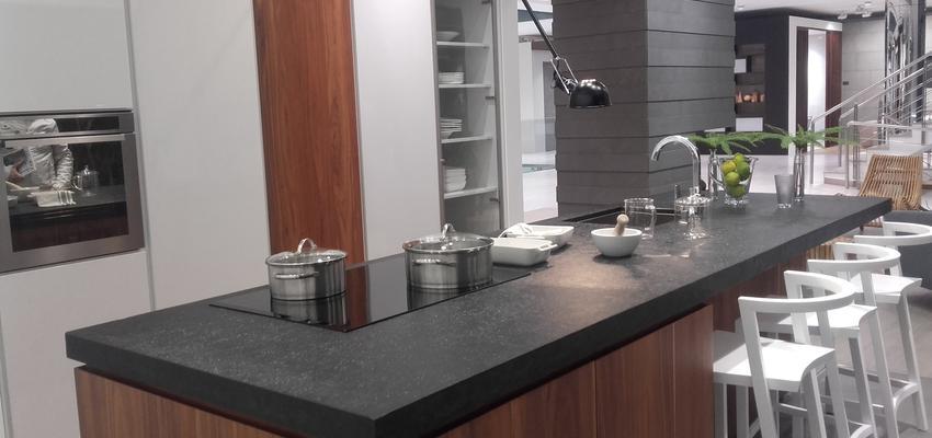 Cocina Color marron, blanco, gris, negro, plateado  diseñado por Arquitectura+Interiorismo | Gremio