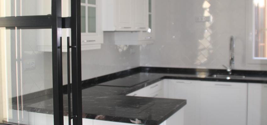 Cocina Estilo contemporaneo Color negro, plateado  diseñado por REFORMADISIMO | Gremio | Copyright REFORMADISIMO