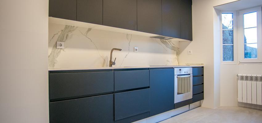 Cocina Estilo contemporaneo Color blanco, negro  diseñado por REFORMADISIMO | Gremio | Copyright REFORMADISIMO