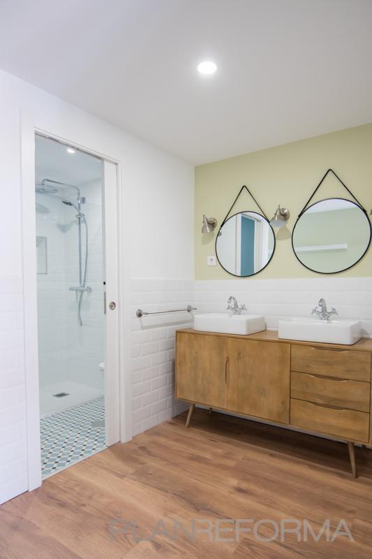 Baño Estilo contemporaneo Color beige, marron, blanco, gris  diseñado por REFORMADISIMO | Gremio | Copyright REFORMADISIMO