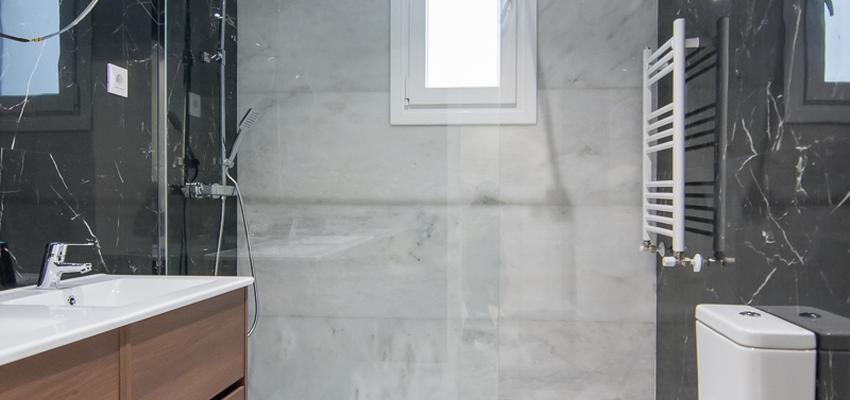 Baño Estilo moderno Color blanco, gris, negro  diseñado por REFORMADISIMO | Gremio | Copyright Reformadisimo