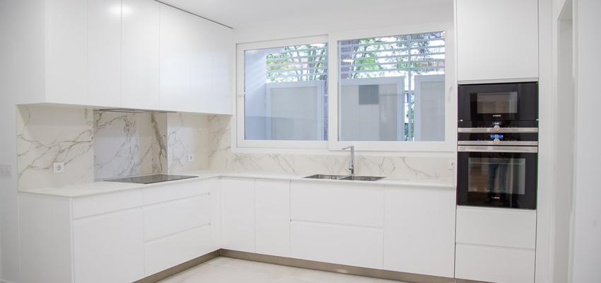 Cocina Estilo moderno Color blanco  diseñado por REFORMADISIMO | Gremio | Copyright reformadisimo