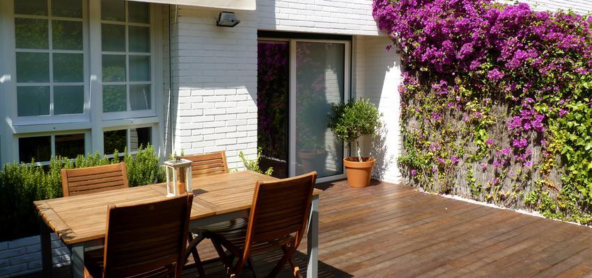 Patio style moderno color marron, blanco  diseñado por Eva Vidal Mateu - Taller de Paisatge | Paisajista