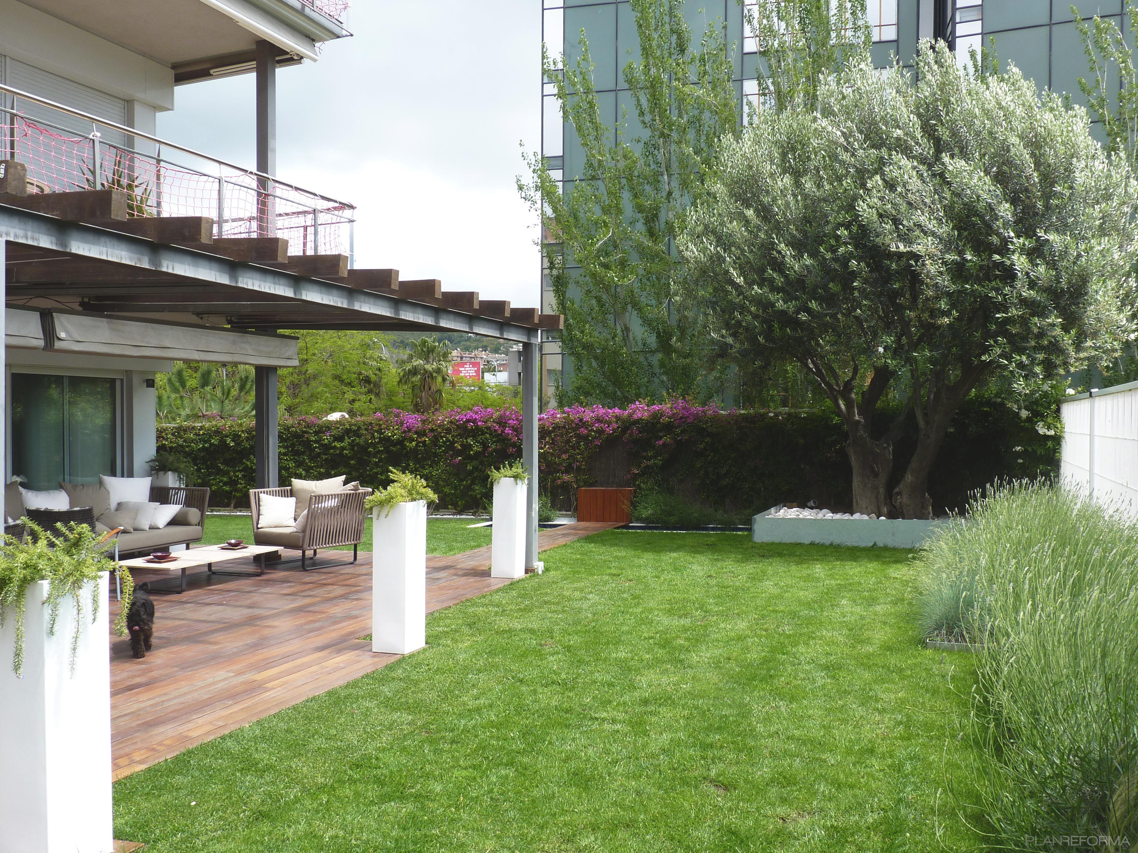 Porche exterior jardin estilo contemporaneo color verde for Decoracion exterior jardin contemporaneo