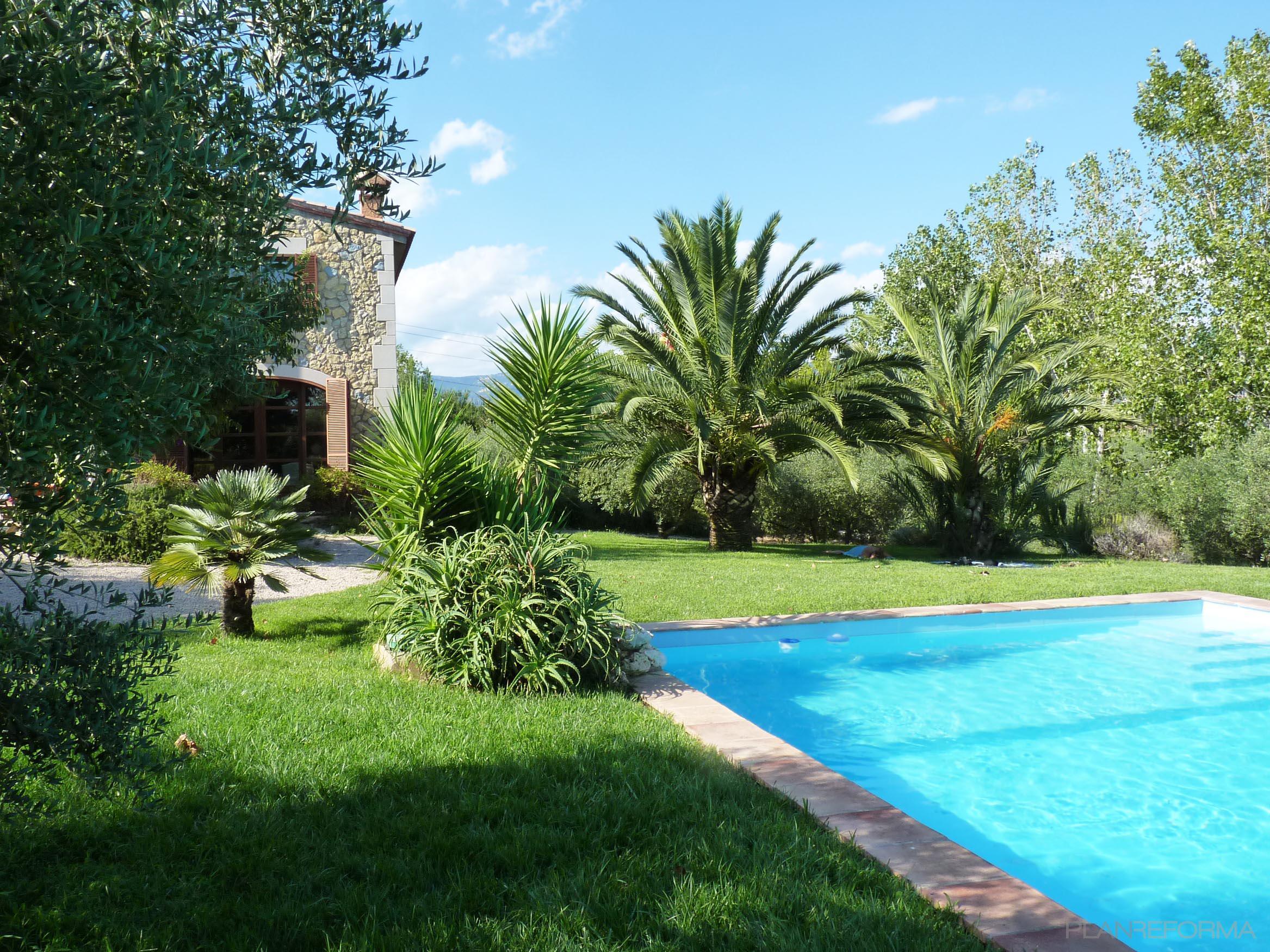 Piscina exterior jardin estilo mediterraneo color verde for Piscinas de jardin