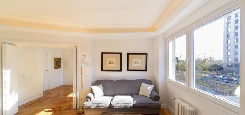 Salon Estilo clasico Color ocre, blanco, gris  diseñado por Galera | Gremio | Copyright Galera