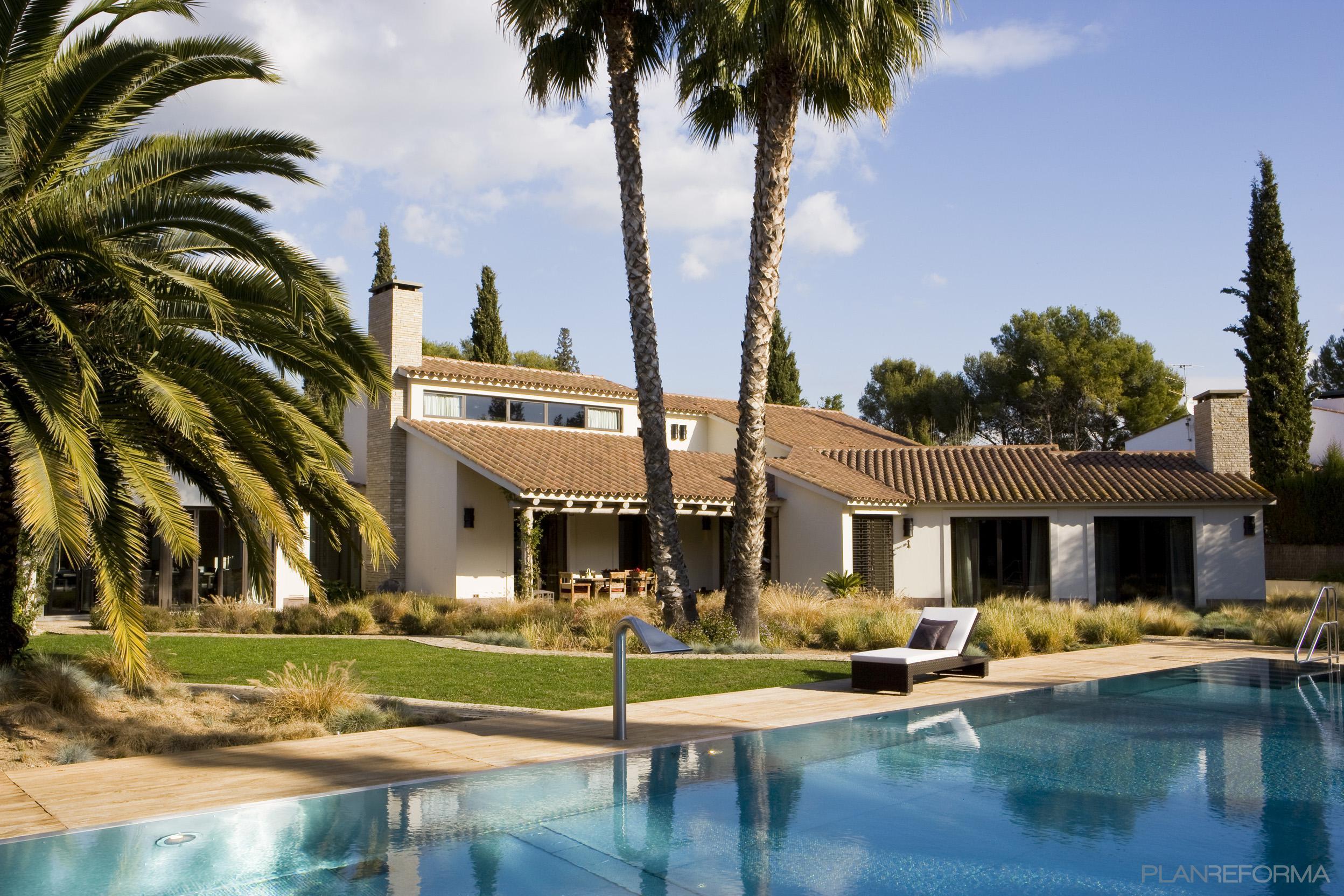 Piscina exterior jardin style contemporaneo color beige for Decoracion exterior jardin contemporaneo