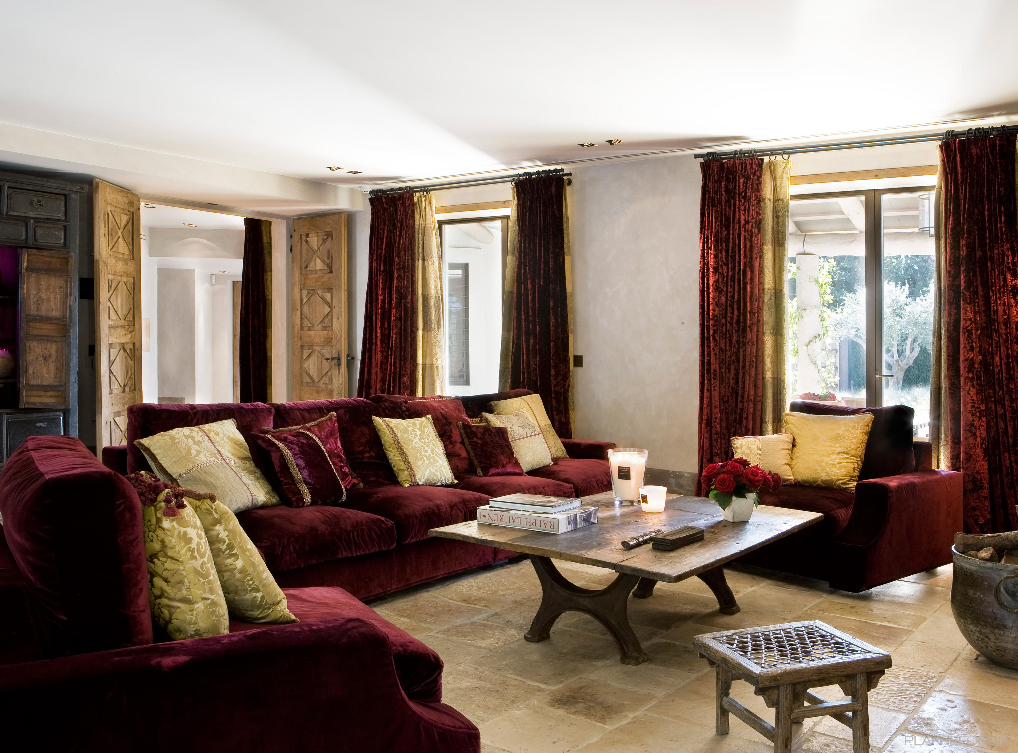 Salon Estilo clasico Color rojo, gris, bronce  diseñado por JUAN RAMÓN ARTIGAS PEINADO   Arquitecto