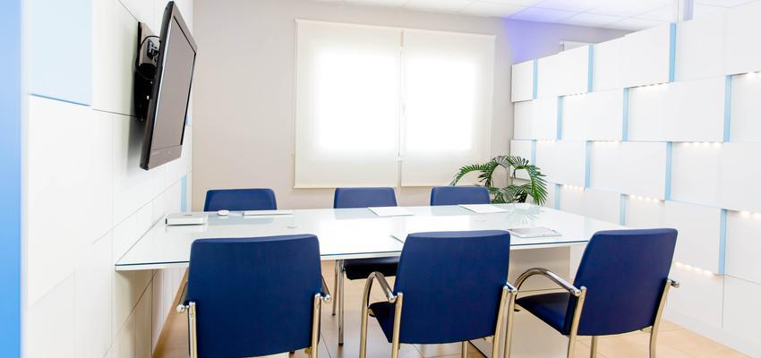 Oficina style moderno color azul, azul oscuro, marron, blanco  diseñado por SERASTONE | Marca colaboradora