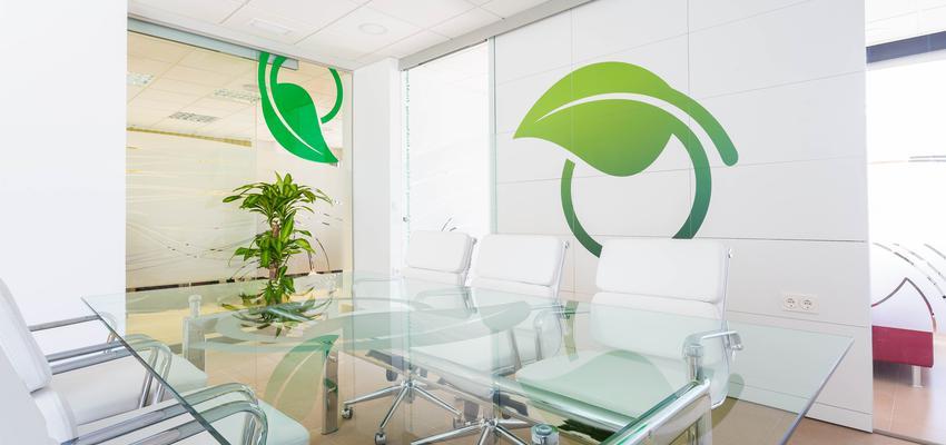 Oficina, Loft, Hotel style moderno color verde, blanco  diseñado por SERASTONE | Marca colaboradora | Copyright Serastone®