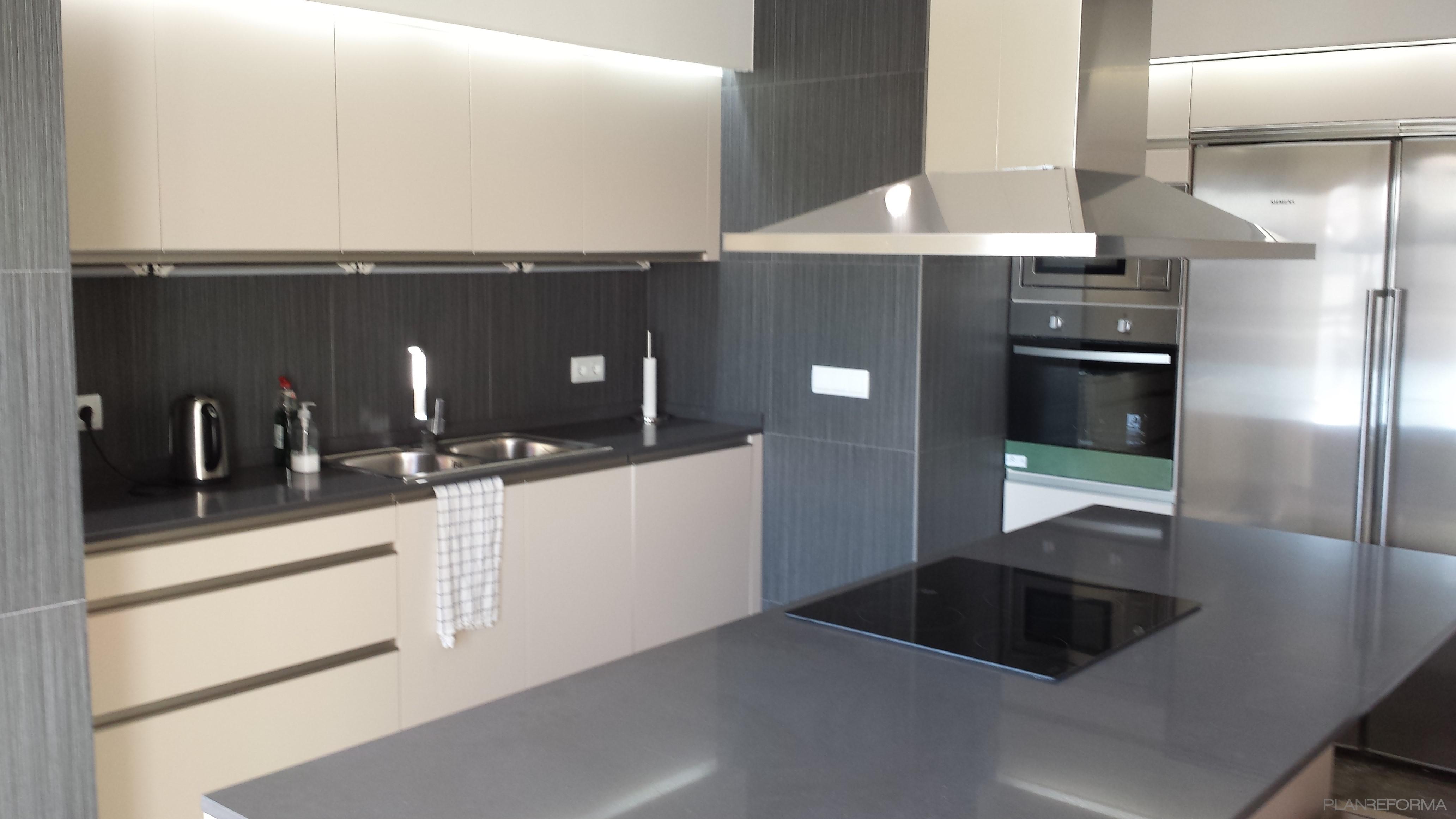 Cocina style moderno color beige gris plateado - Cocinas blancas y gris ...