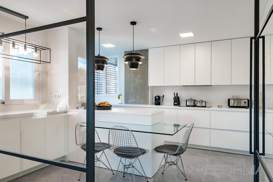 Cocina Estilo moderno Color blanco, gris, negro  diseñado por Adapta by Nexum | Ingeniero | Copyright Adapta by Nexum