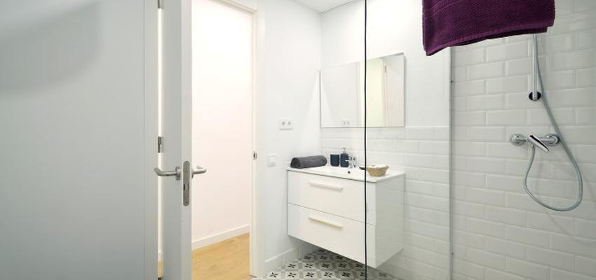 Baño Estilo mediterraneo Color marron, violeta, blanco  diseñado por HERMES HOUSES | Gremio