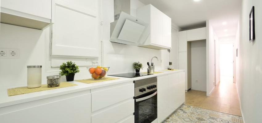 Cocina Estilo mediterraneo Color amarillo, blanco  diseñado por HERMES HOUSES | Gremio