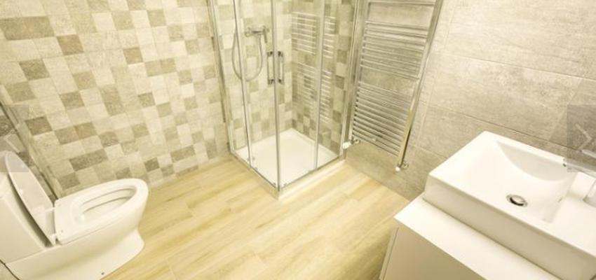 Baño Estilo mediterraneo Color beige, blanco, gris  diseñado por HERMES HOUSES   Gremio