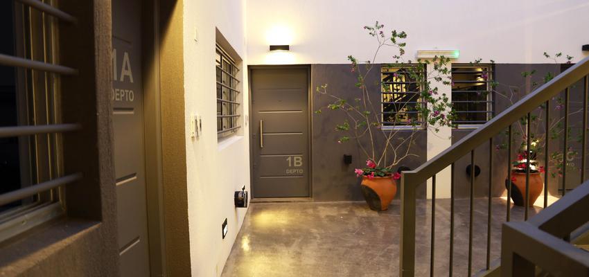 Vestibulo, Exterior Estilo moderno Color blanco, gris, gris  diseñado por Goko | Arquitecto