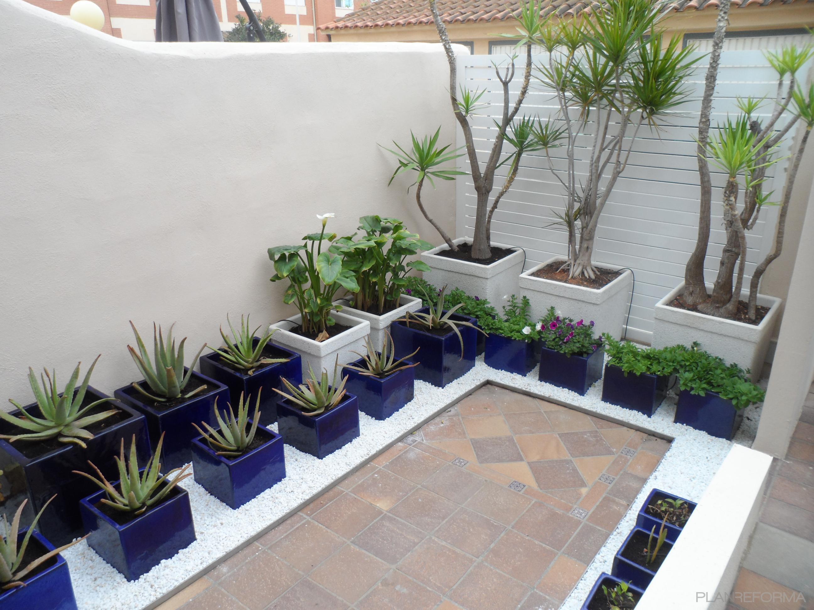 Exterior jardin style contemporaneo color verde azul - Maceteros de obra ...