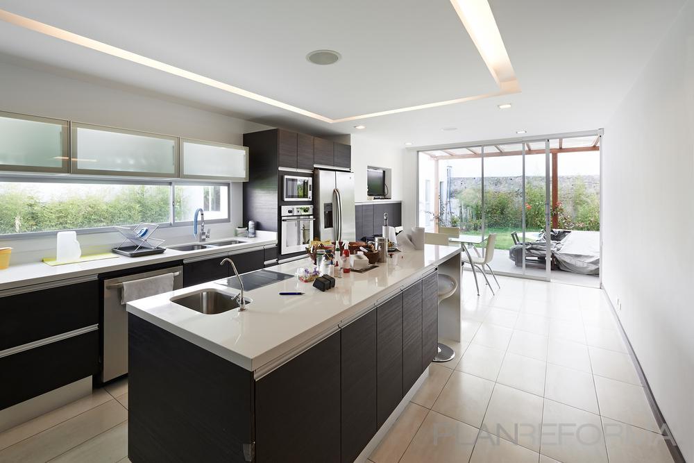 Comedor cocina estilo moderno color beige blanco gris for Cocinas para apartaestudios