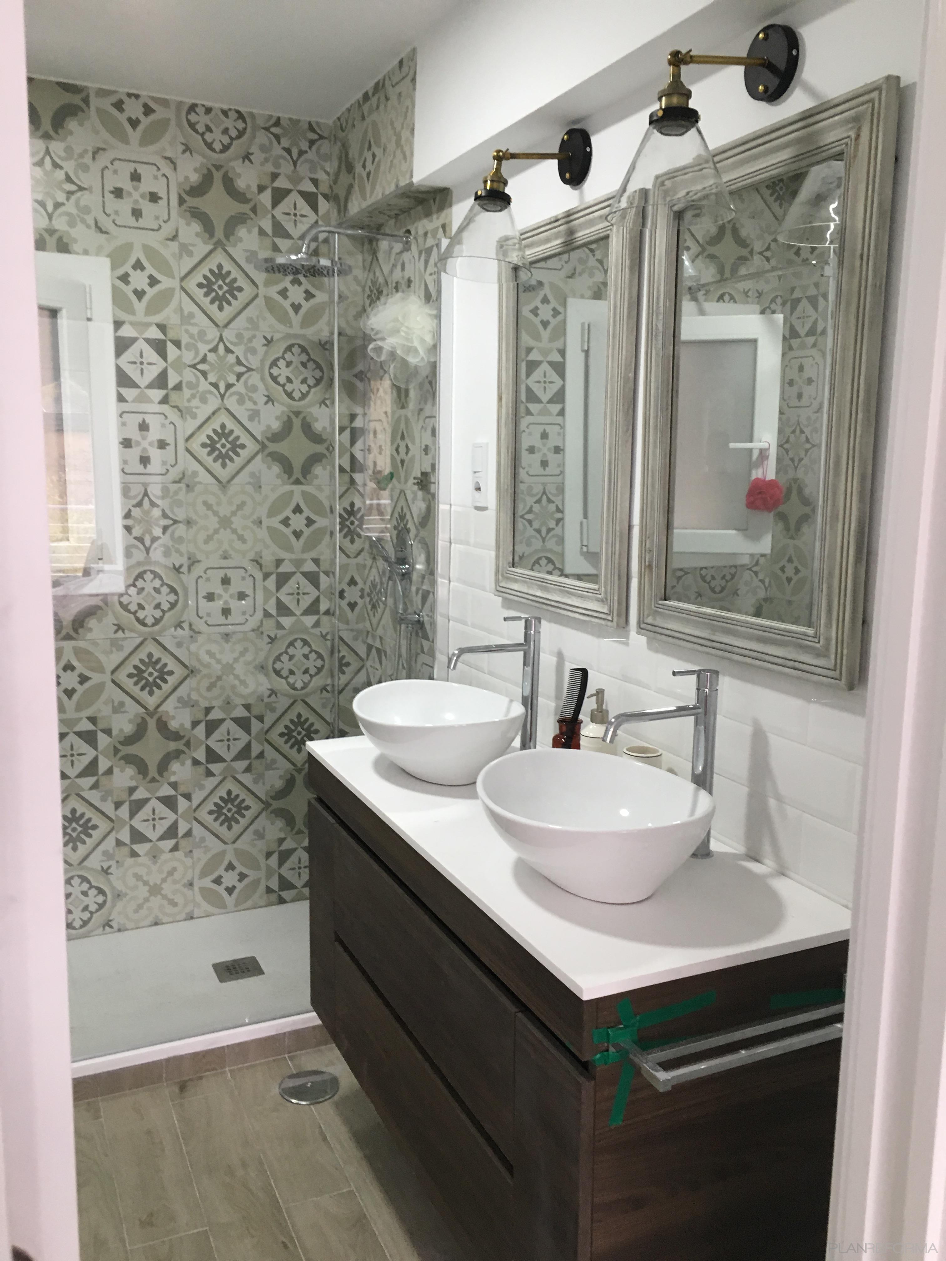 Baño Estilo mediterraneo Color beige, blanco  diseñado por SoloBaños | Gremio | Copyright SoloBaños