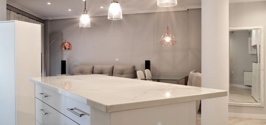 Cocina, Salon Estilo moderno Color blanco  diseñado por INTRO interiorismo y reformas   Gremio   Copyright INTRO interiorismo y reformas es el propietario de la imagen.
