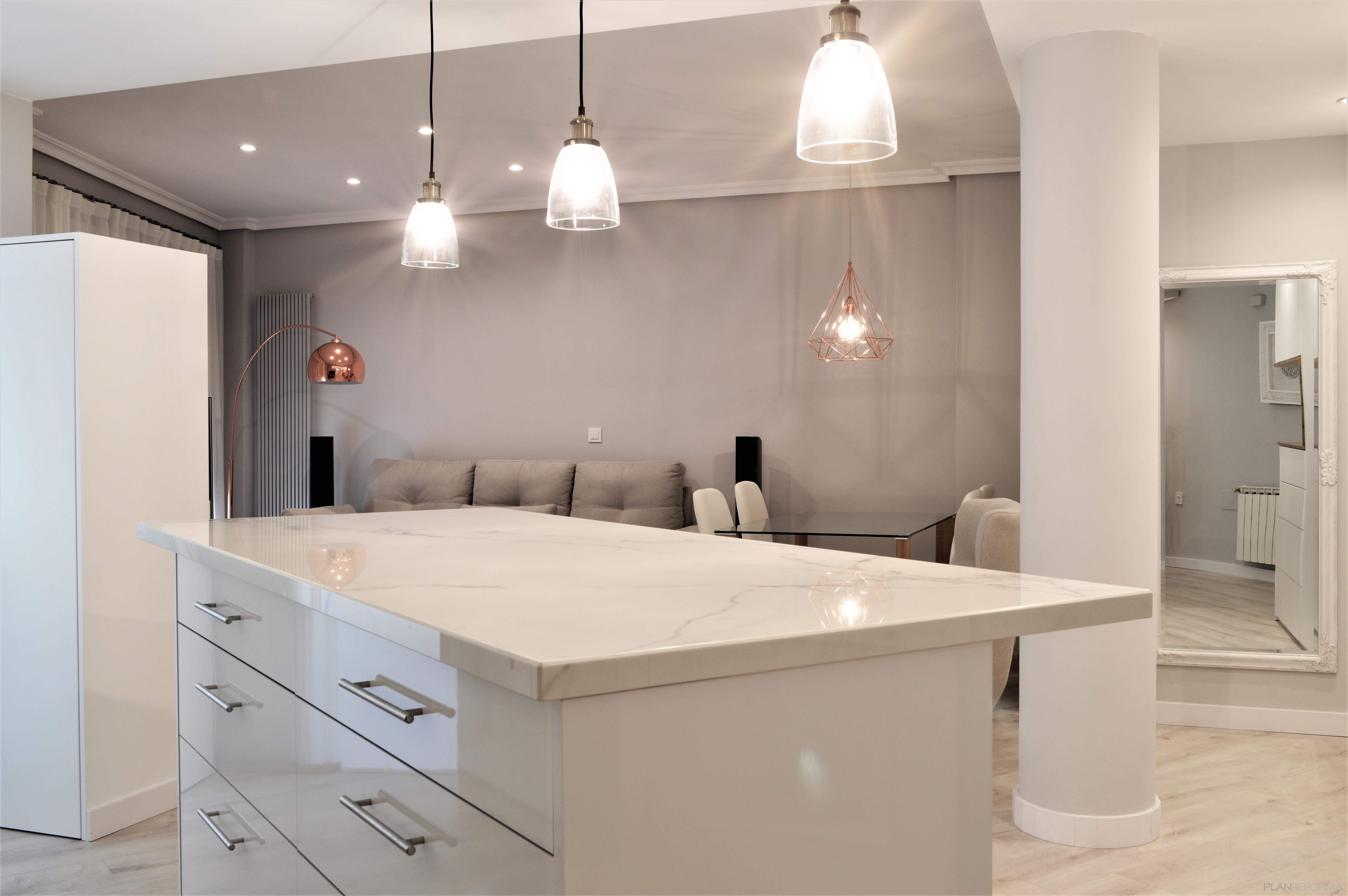Cocina, Salon Estilo moderno Color blanco  diseñado por INTRO interiorismo y reformas | Gremio | Copyright INTRO interiorismo y reformas es el propietario de la imagen.