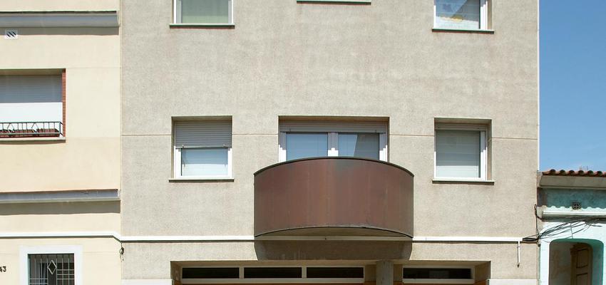 Recibidor, Balcon, Exterior style contemporaneo color marron, marron, gris  diseñado por PERE HOMET SITJES | Arquitecto