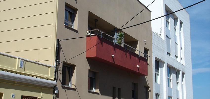 Balcon, Exterior style contemporaneo color rojo, beige  diseñado por PERE HOMET SITJES | Arquitecto