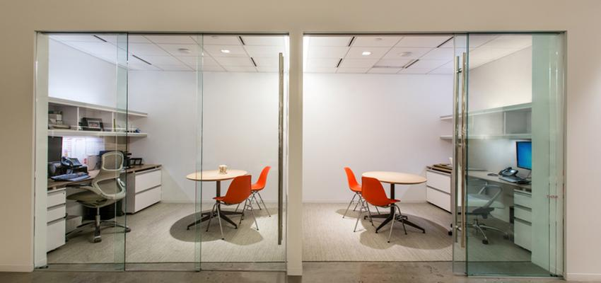 Oficina style contemporaneo color beige, marron, blanco  diseñado por klein | Marca colaboradora | Copyright klein