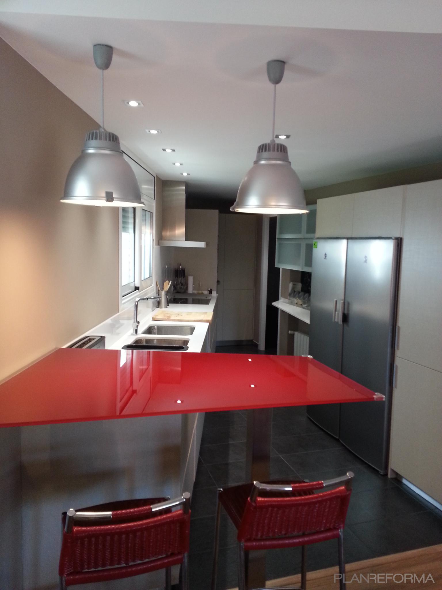 Cocina estilo moderno color rojo gris gris for Cocina estilo moderno