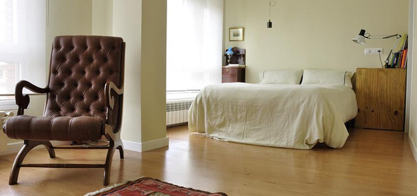 Dormitorio Estilo contemporaneo Color rojo, beige, marron, blanco  diseñado por Gestión del Hábitat Interiorismo | Interiorista