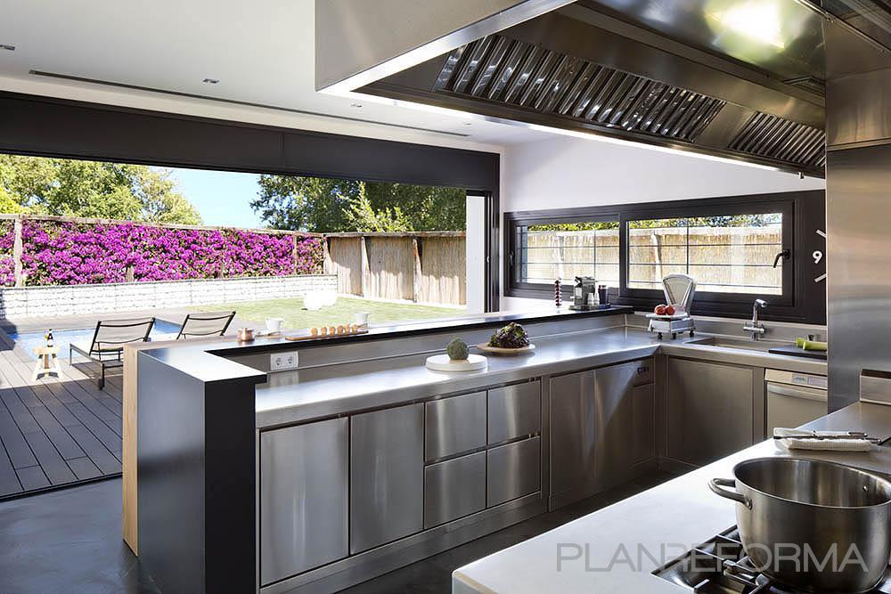 Cocina style moderno color rosa, gris, gris, plateado  diseñado por Cotacero Taller Arquitectura | Arquitecto | Copyright Cotacero Taller Arquitectura